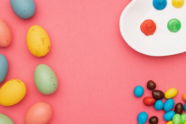 Vista superior, ferramentas para colorir com ovos coloridos