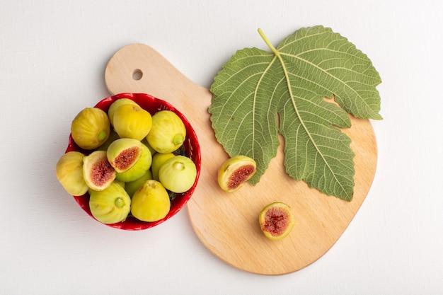 Vista superior, figos doces e figos deliciosos fetos dentro de uma placa vermelha no fundo branco frutas árvore fresca planta doce suave