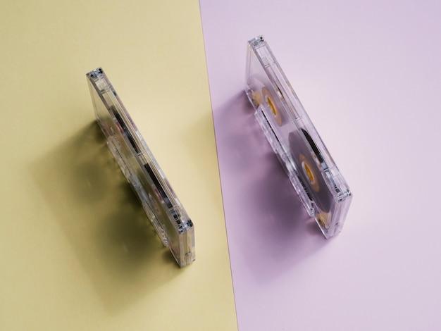 Vista superior fitas cassete transparentes em pé na vertical