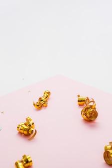 Vista superior fitas douradas e cópia espaço fundo
