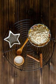 Vista superior flocos de aveia em um carrinho com sementes de quinoa e canela e açúcar granulado