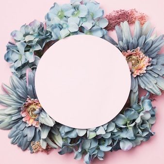 Vista superior flores com círculo rosa blak