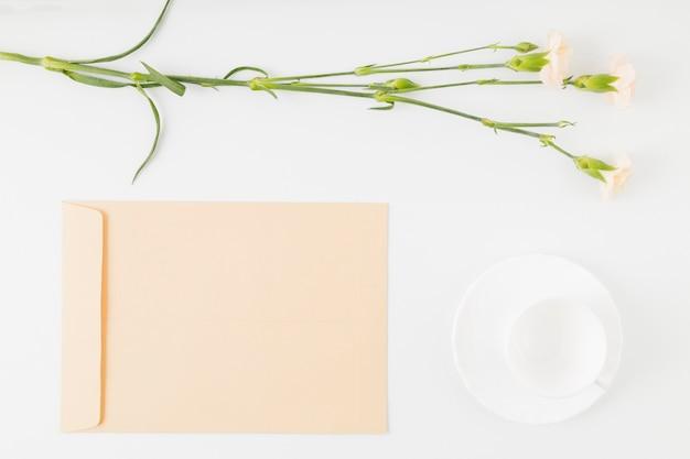 Vista superior flores com envelope e copo