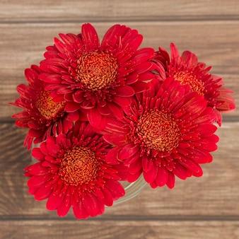 Vista superior flores em fundo de madeira