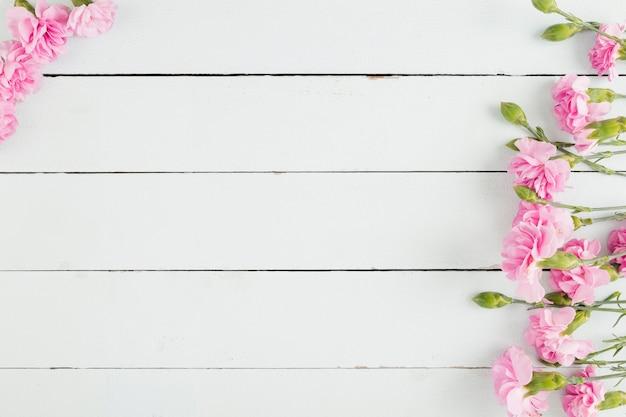 Vista superior flores sobre fundo de madeira com espaço de cópia