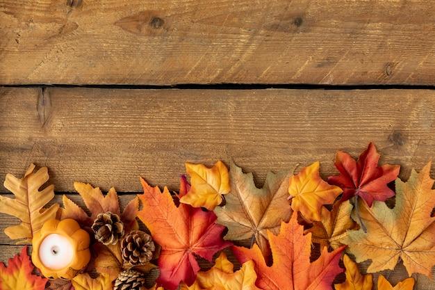 Vista superior folhas coloridas na mesa de madeira