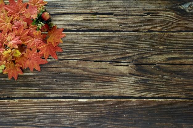 Vista superior folhas de outono - espaço de cópia de fundo de madeira para texto