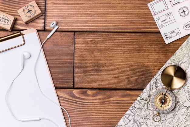 Vista superior fones de ouvido com bússola e mapa-múndi