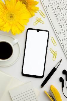 Vista superior fornece arranjo na mesa com telefone