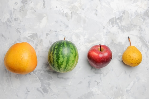 Vista superior forrada de frutas, pêra, maçã e melancia no fundo branco