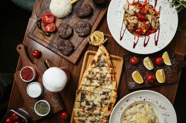 Vista superior fritos rissóis de carne com salada e especiarias em cima da mesa