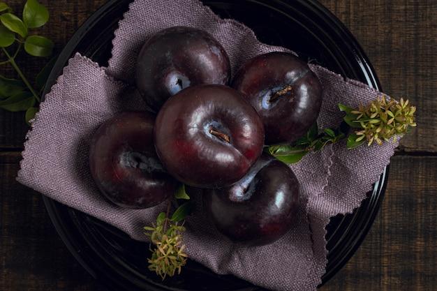Vista superior fruta ameixa madura em uma tigela
