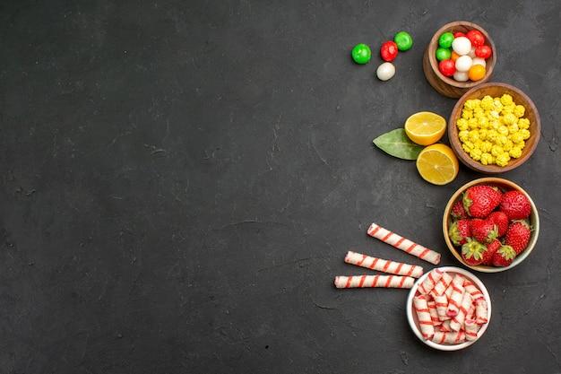 Vista superior frutas frescas com doces