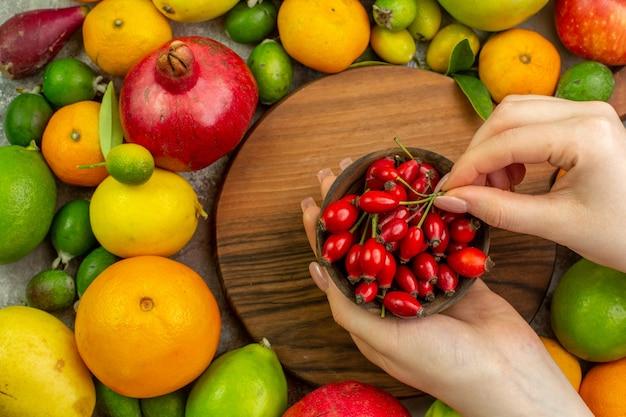 Vista superior frutas frescas diferentes frutas maduras e maduras no fundo branco cor da baga saborosa dieta saudável