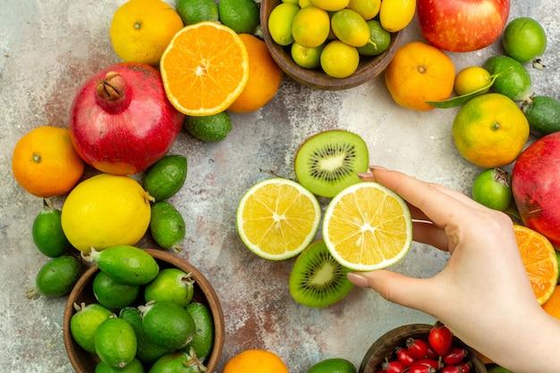Vista superior frutas frescas diferentes frutas suaves no fundo branco frutas cítricas saúde cor árvore baga madura saborosa foto