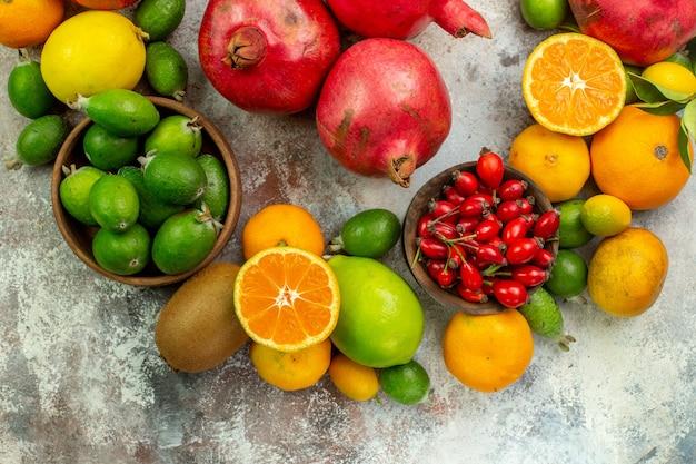 Vista superior frutas frescas diferentes frutas suaves no fundo branco saúde árvore cor baga madura saborosa