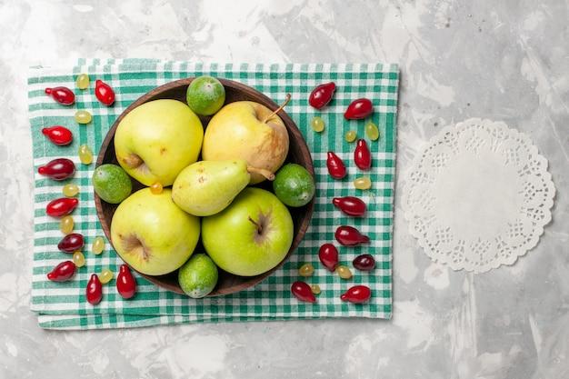 Vista superior frutas frescas maçãs, peras e feijoa no espaço em branco