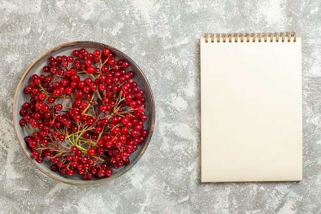 Vista superior frutas maduras de cranberries vermelhas em fundo branco