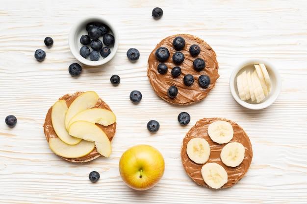 Vista superior frutas no fundo de madeira