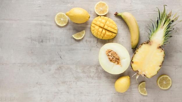 Vista superior frutas orgânicas em cima da mesa