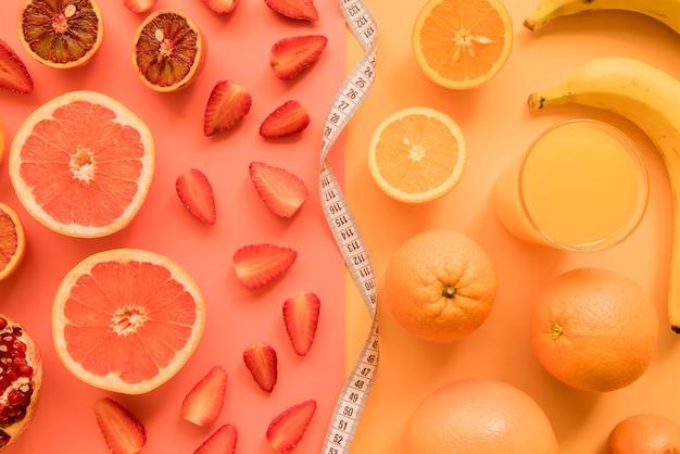Vista superior frutas vermelhas e laranja