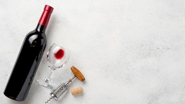 Vista superior garrafa de vinho com copos