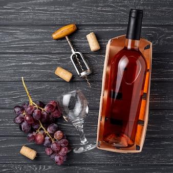 Vista superior garrafa de vinho feito de uvas orgânicas