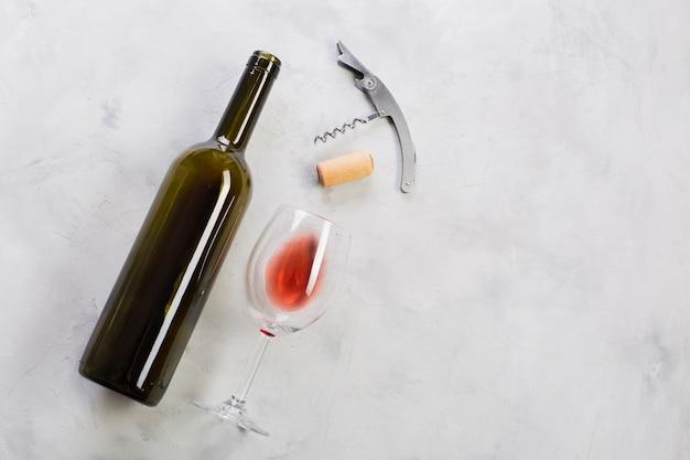 Vista superior garrafa de vinho tinto e saca-rolhas