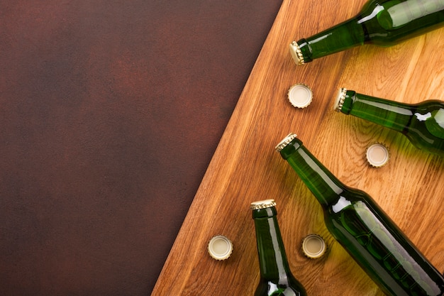 Vista superior garrafas de cerveja com espaço de cópia