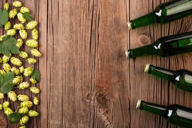 Vista superior garrafas de cerveja com ingredientes