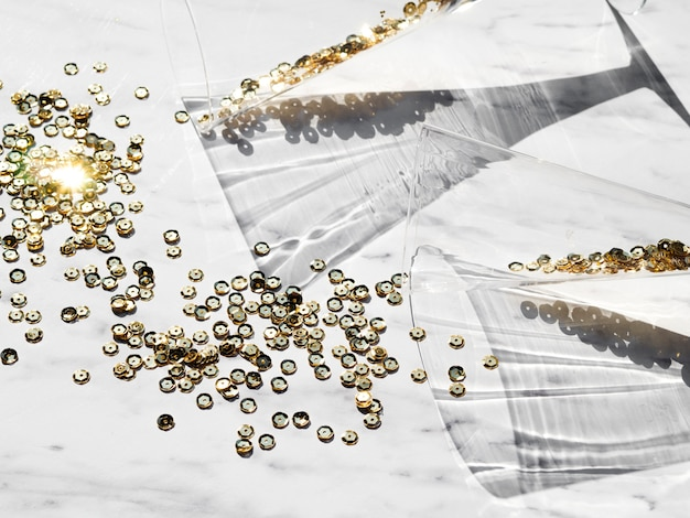 Vista superior glitter dourado com óculos