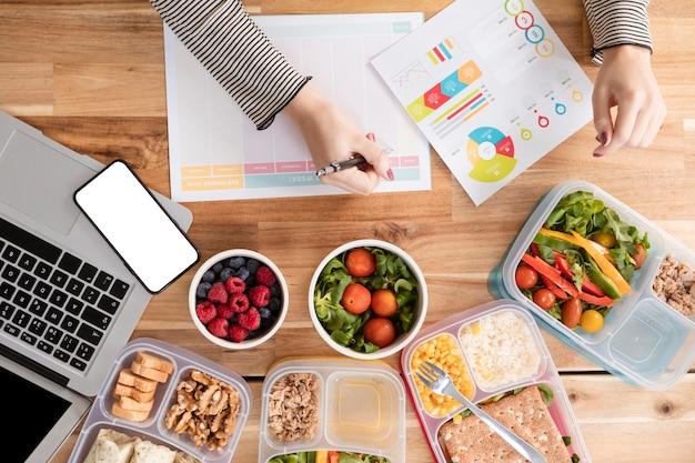 Vista superior gráficos e alimentos orgânicos em lancheiras