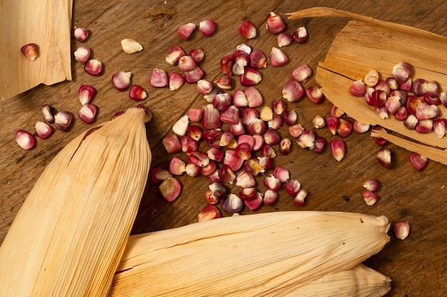 Vista superior grãos de milho vermelho na mesa