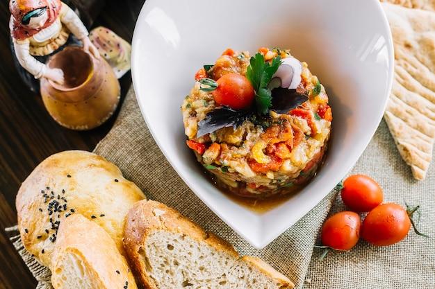 Vista superior grelha salada de legumes com tomate e pão
