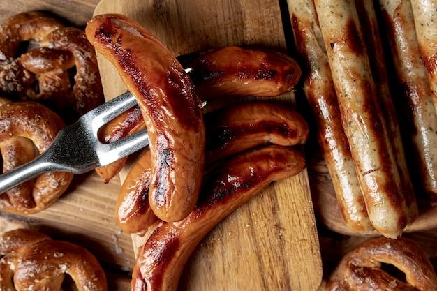 Vista superior grelhados salsichas bávaras