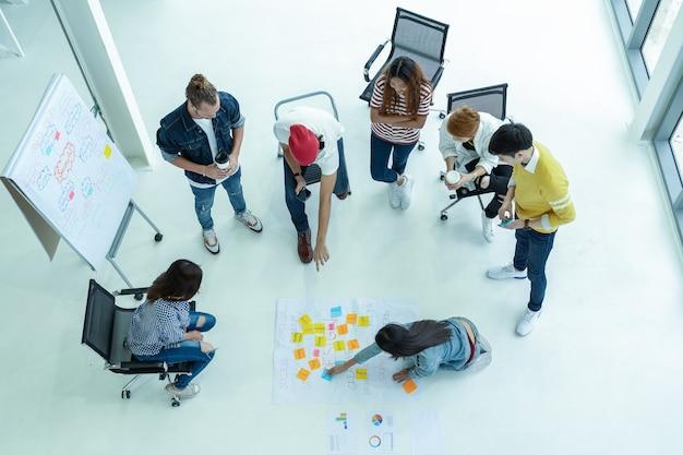 Vista superior, grupo, de, asiático, e, diverso, pessoas negócio, com, terno ocasional, brainstorming
