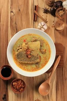 Vista superior gule kambing jawa timur ou east java lamb curry, menu delicioso para eid al adha. normalmente servido com sate kambing (espetos de carneiro)