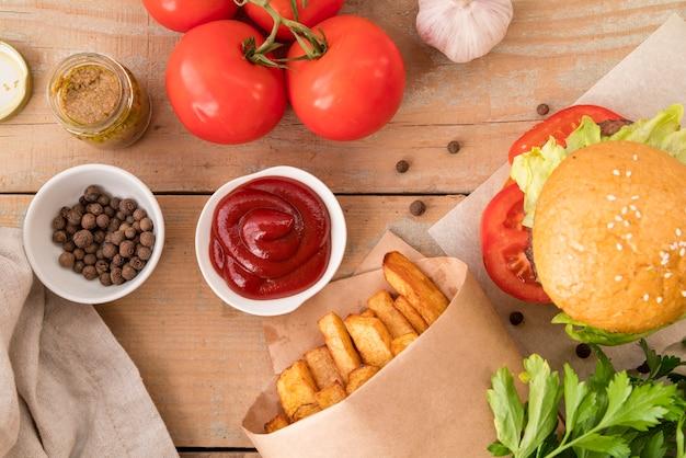 Vista superior hambúrguer batatas fritas e ketchup