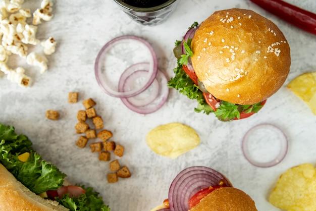 Vista superior hambúrguer e sanduíche