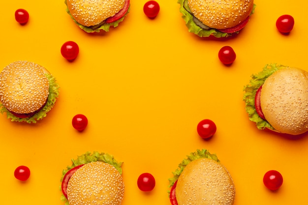 Vista superior hambúrgueres com tomate cereja