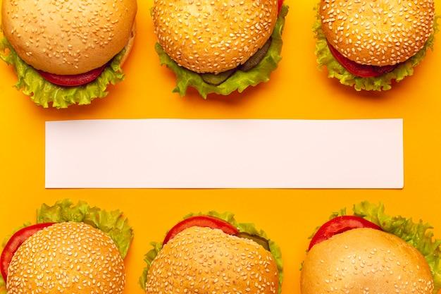 Vista superior hambúrgueres com uma faixa branca