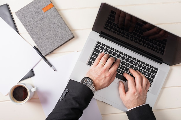 Vista superior, homem de negócios, trabalhando no laptop