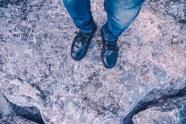 Vista superior homem de pé no chão de pedra