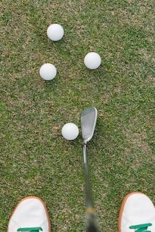 Vista superior homem jogando golfe