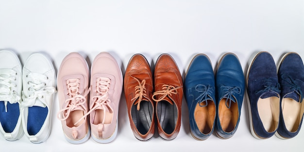 Vista superior homens mulher sapatos de couro clássico em linha