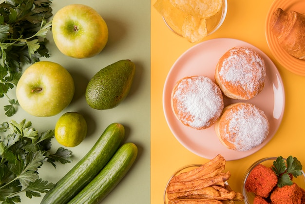 Vista superior hreen frutas e legumes com lanches não saudáveis