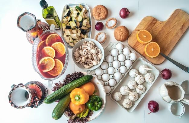 Vista superior, ingrediente alimentar com legumes, frutas e utensílios de cozinha na mesa de madeira