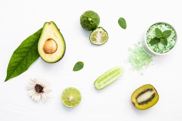 Vista superior ingredientes de produtos de cuidados da pele à base de plantas naturais.