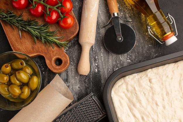 Vista superior - ingredientes deliciosos da focaccia