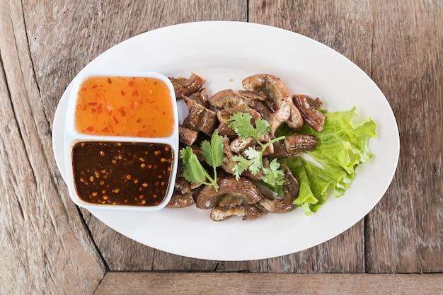 Vista superior, intestinos porco, grelhados, alimento estilo tailandês